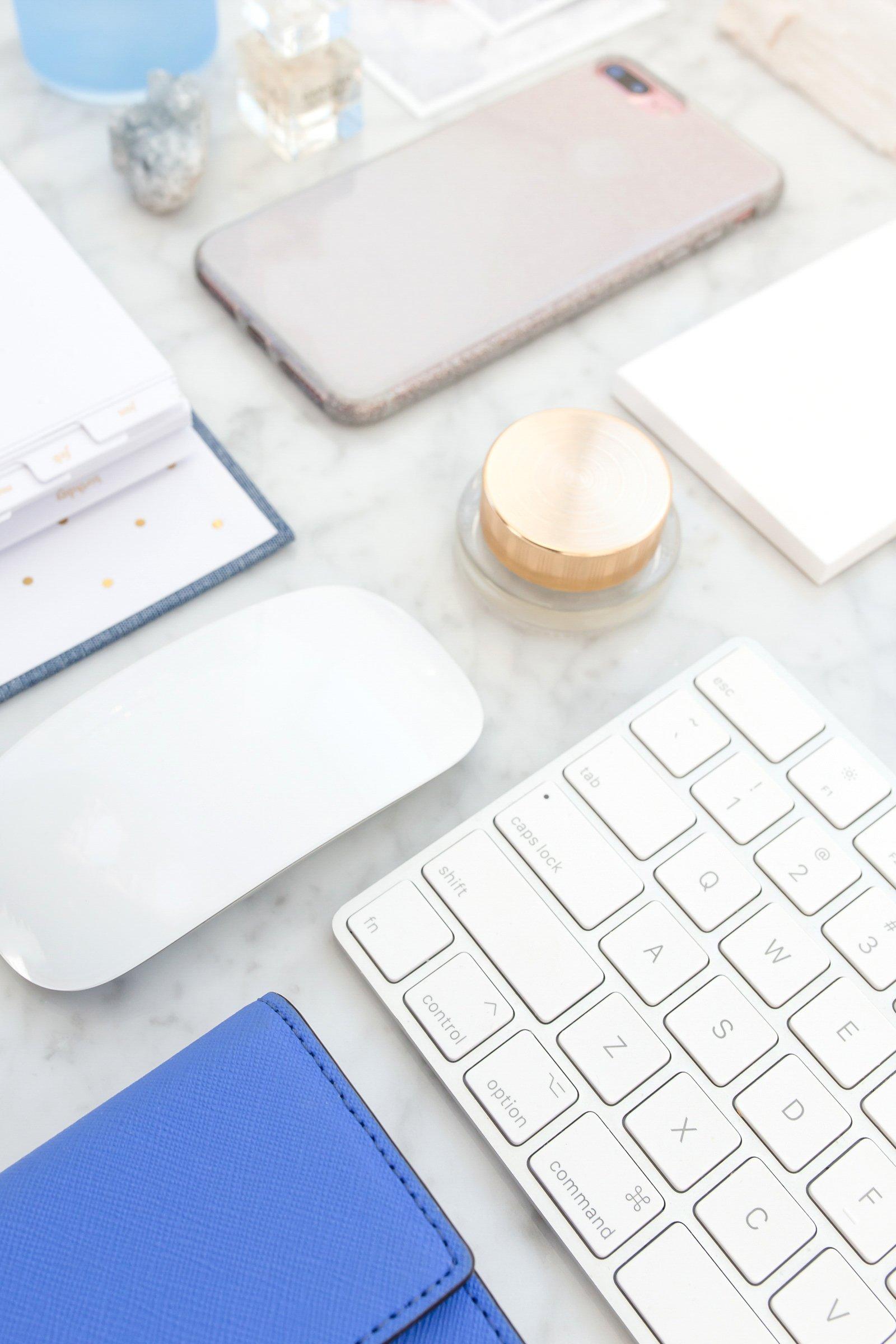 fond bureau bleu laura villers lvdigitale communication digitale réseaux sociaux